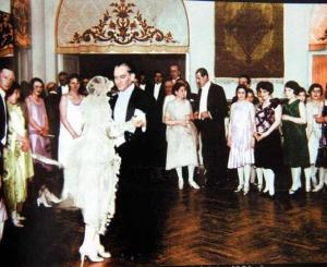 Atatürk_dancing_at_a_wedding